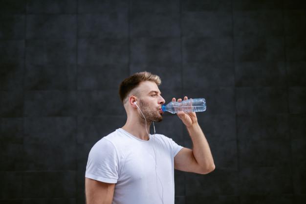 barbudo bebendo agua