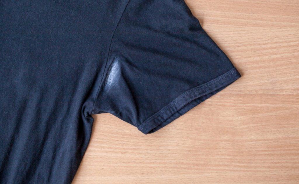 como tirar mancha de desodorante em roupas pretas