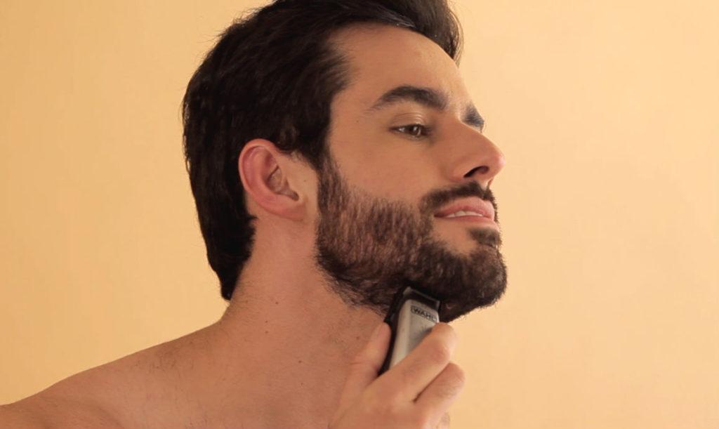 aparando a barba com maquininha