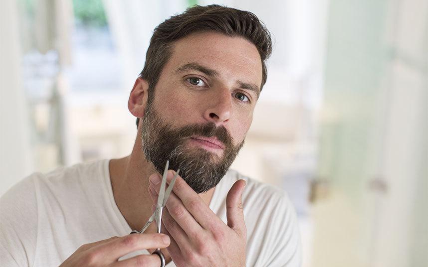 aparando os fios da barba