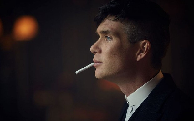 Thomas Shelby fumando