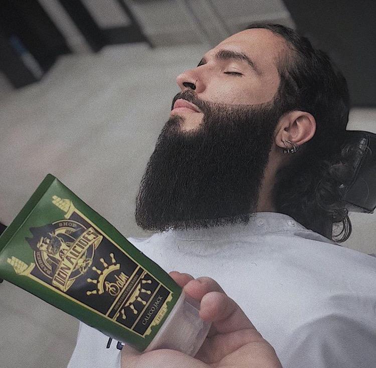barba escovada com a utilização de um balm Don Alcides